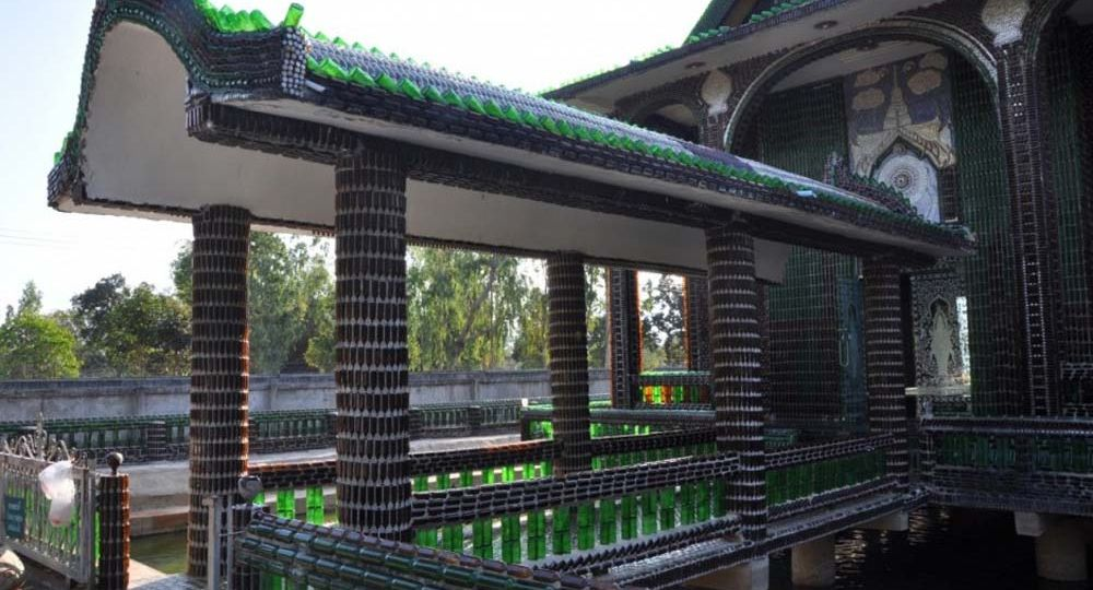 Wat Pa Maha Chedi Kaew El Templo de botellas
