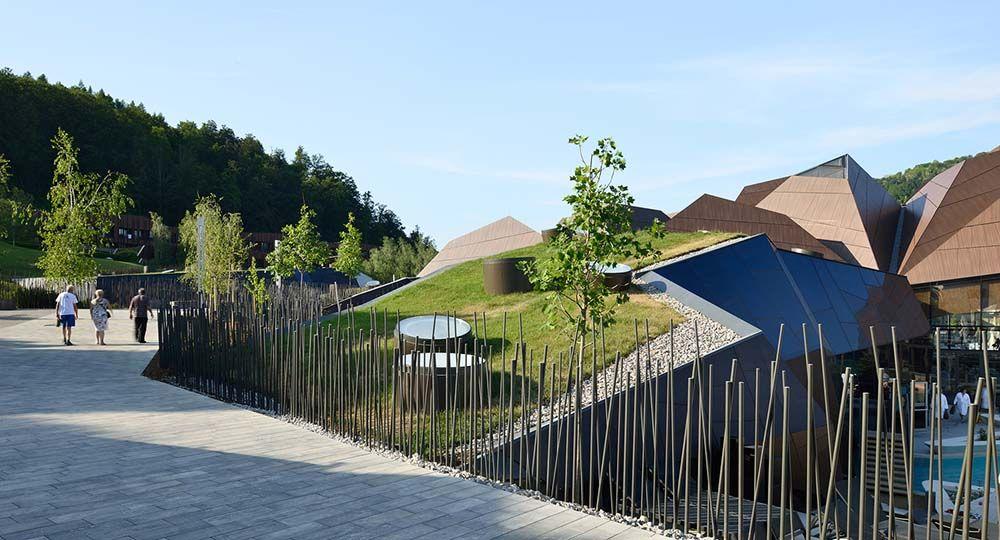 Termalija Family Wellness, arquitectura de gran escala integrada en el paisaje. ENOTA.