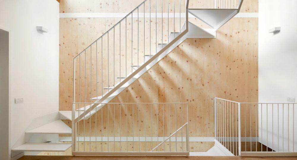 Una escalera luz y madera de vallribera arquitectes for Escaleras con luz