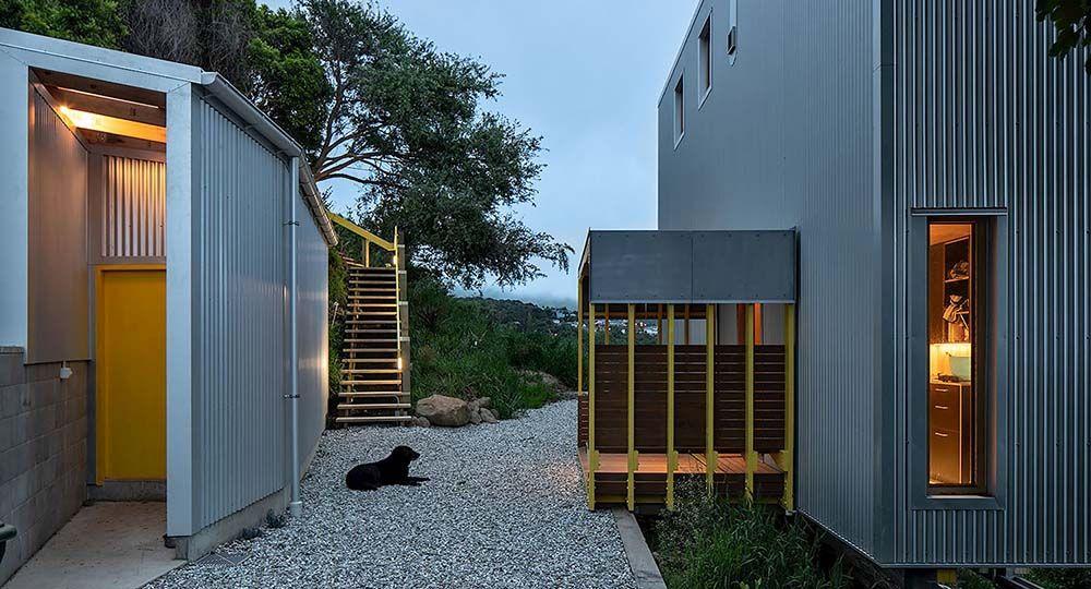 Kōwhai House, una vivienda eficiente suspendida en la ladera. Rafe MacLean Architects