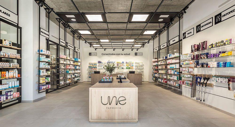 Proyecto UNE Farmacia. Originalidad e innovación en arquitectura comercial
