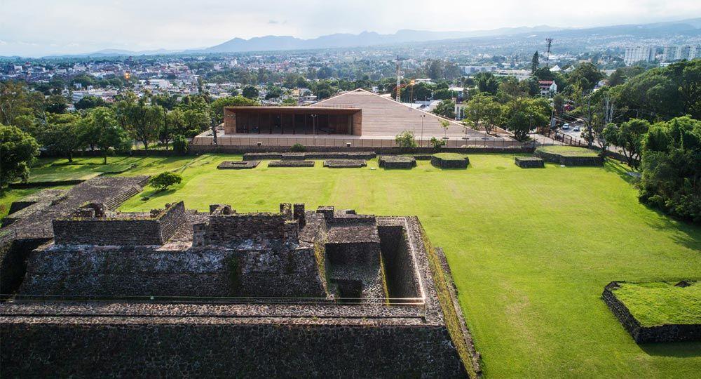 Arquitectura contemporánea de raíz prehispánica: Centro Cultural Teopanzolco