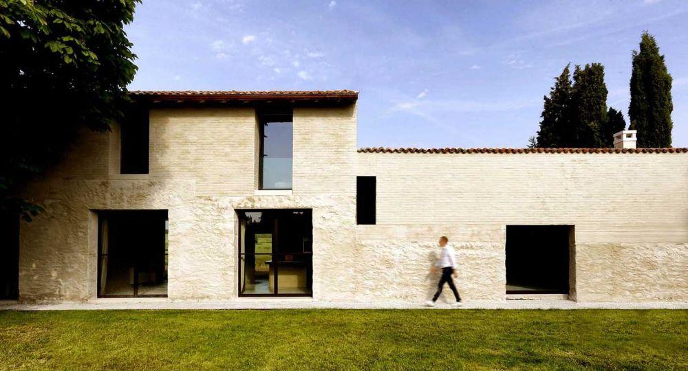 Una casa de ladrillo y hormigón sobre un antiguo granero de piedra: Villa Brolo, en Verona.