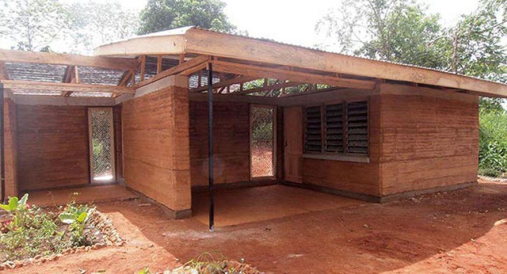 Casa Nkabom, un prototipo de vivienda hecha de barro y plástico desechado