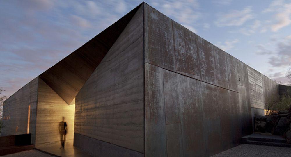 Una casa patio en el desierto de Wendell Burnette Architects