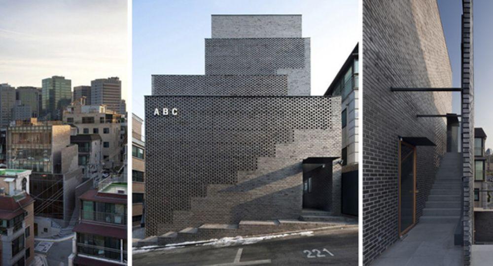 """Celosía de ladrillo negro, edificio """"montaña"""" ABC"""