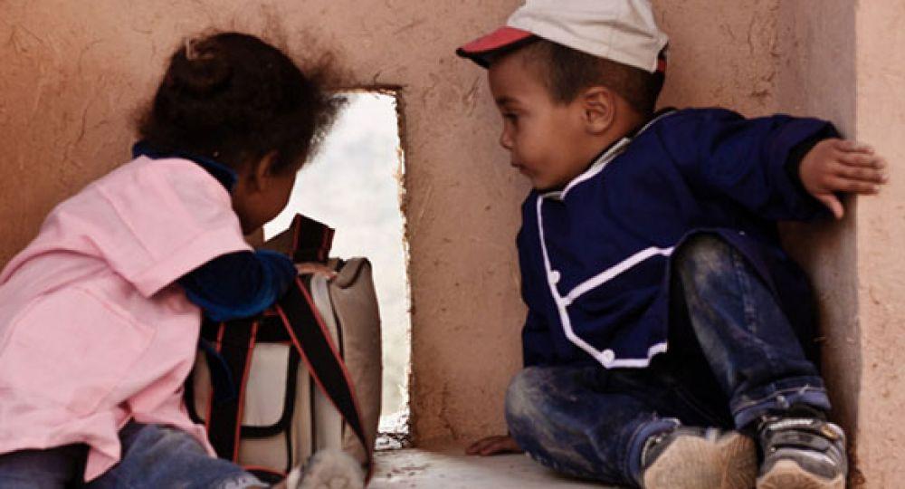 Muros de barro y mimbre tejido que bastan para construir escuelas