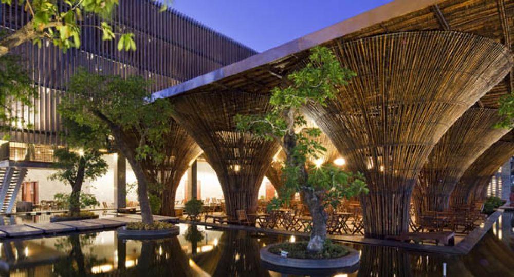 Arquitectura de bambú a la orilla del rio Dakbla
