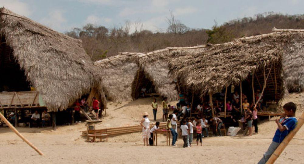 Un espacio para la creatividad bajo cubierta de madera y paja
