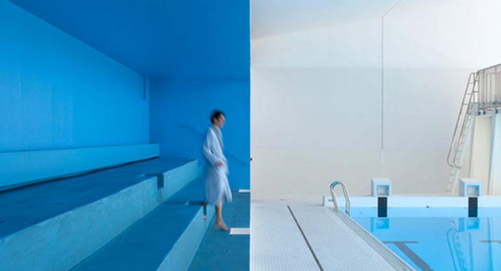 Hormigón visto y tonos azules en la nueva piscina parisina