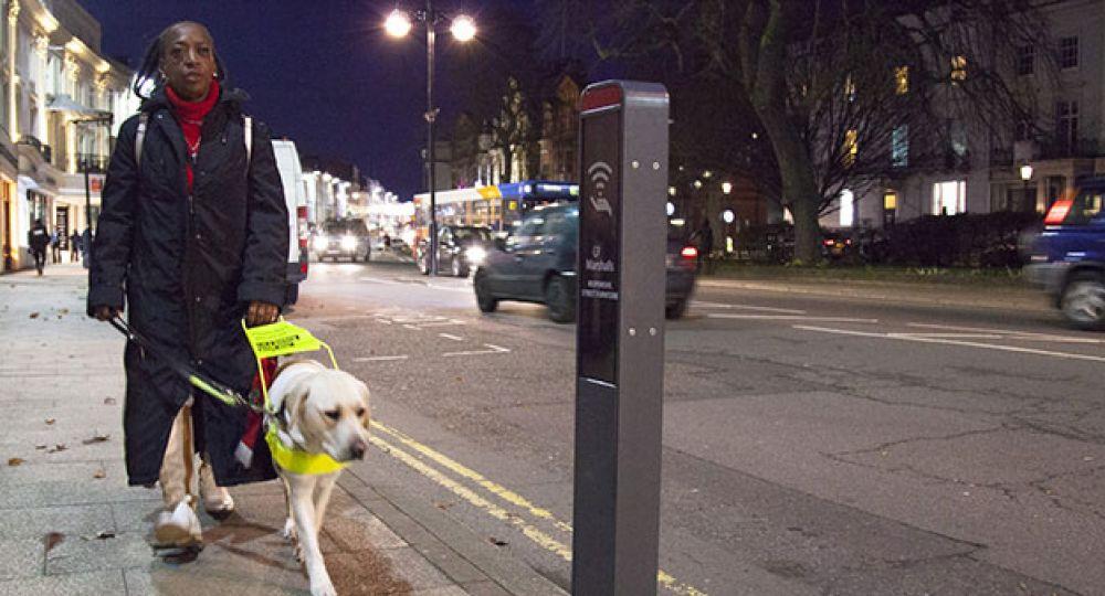 Mobiliario urbano adaptado a las necesidades de las personas con mobilidad reducida