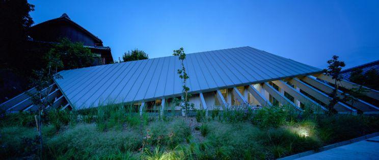 Impresionante cubierta para la vivienda en Gakuenmae de Fujiwaramuro Architects