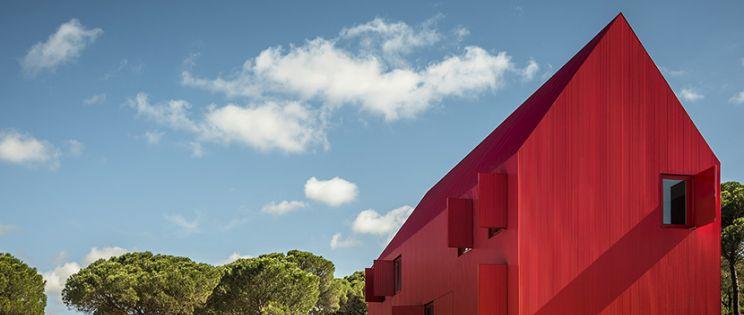 Casa roja, en Portugal, por el arquitecto Luís Rebelo de Andrade